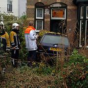 NLD/Bussum/20051123 - Ongeval Vondellaan Bussum, auto 3 fietsers geraakt en huis binnen gereden na blackout bestuurster