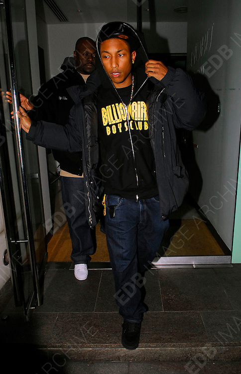 06.FEBRUARY.2007. LONDON<br /> <br /> PHARELL WILLIAMS LEAVING NOBU RESTAURANT, PARK LANE AT 11.30PM.<br /> <br /> BYLINE: EDBIMAGEARCHIVE.CO.UK<br /> <br /> *THIS IMAGE IS STRICTLY FOR UK NEWSPAPERS AND MAGAZINES ONLY*<br /> *FOR WORLD WIDE SALES AND WEB USE PLEASE CONTACT EDBIMAGEARCHIVE - 0208 954 5968*