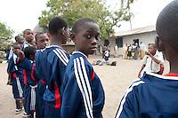 08 OCT 2009, DAR ES SALAAM/TANZANIA:<br /> Schueler der Fussballmannschaft auf dem Schulhof, Besuch der Mchangani Primary School durch eine Delegation von ONE, ONE Informationsreise nach Tansania, Mwananyamala / Kinondoni<br /> IMAGE: 20091008-01-216<br /> KEYWORDS: Reise, Trip, Entwicklungshilfe, Afrika, Africa, Bildung, Daressalaam, Schueler, Schüler, Sport, Fußball, Schule