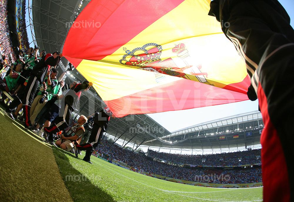 Fussball WM 2006  Gruppenspiel  Vorrunde Gruppe H  Spanien - Ukraine  Die spanische Nationalfahne wird in das Zentralstadion getragen.