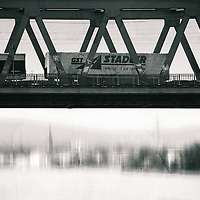 A freight train crosses the Emperor Bridge in Mainz with the borough Mainz Kastel in the background.