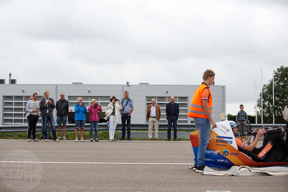 SPonsoren en familieleden kijken hoe de teamleden tarinen. In Delft test het Human Power Team de VeloX 6, de nieuwe aerodynamische fiets, op de RDW baan. In september wil het Human Power Team Delft en Amsterdam, dat bestaat uit studenten van de TU Delft en de VU Amsterdam, tijdens de World Human Powered Speed Challenge in Nevada een poging doen het wereldrecord snelfietsen te verbreken. Het record is met 139,45 km/h sinds 2015 in handen van de Canadees Todd Reichert.<br /> <br /> With the special recumbent bike the Human Power Team Delft and Amsterdam, consisting of students of the TU Delft and the VU Amsterdam, also wants to set a new world record cycling in September at the World Human Powered Speed Challenge in Nevada. The current speed record is 139,45 km/h, set in 2015 by Todd Reichert.