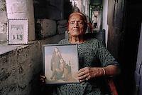 Mohammad Buta habite à Lahore- 94 ans<br /> Née à Begumkot (Lahore). Elle a dansé de Calcutta à Karachi, en passant par Bombay, Delhi avant la partition.<br /> Elle a toujours habité à Lahore et a dansé toute sa vie. Elle pose avec une photo d'elle jeune. // Pakistan. Punjab province. Hijra, the half woman of Pakistan