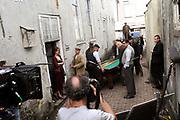 Setbezoek De Bende van Oss . In Ravenstein worden enkele scenes opgenomen.<br /> <br /> op de foto: <br /> <br />  De set