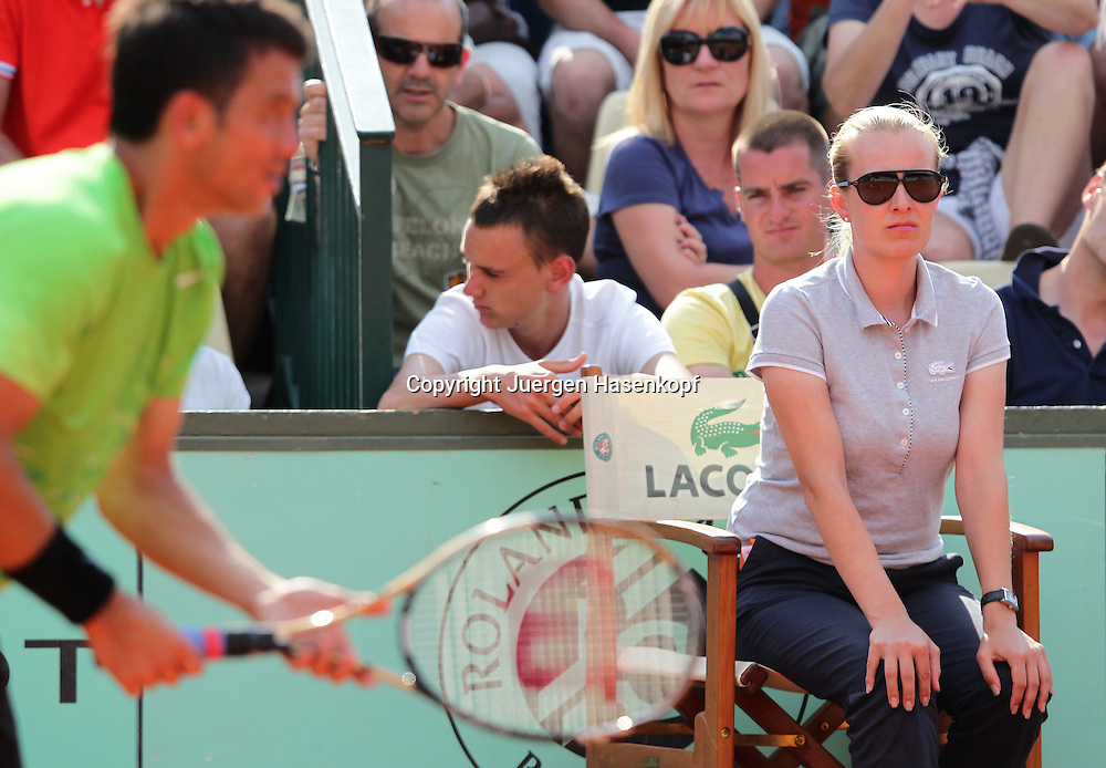 French Open 2011, Roland Garros,Paris,ITF Grand Slam Tennis Tournament,.Linienrichterin Miriam Bley (GER) schaut konzentriert auf die Linie, im Vordergrund unscharf der Spieler Bjoern Phau,Halbkoerper,Querformat,.official,Feature,