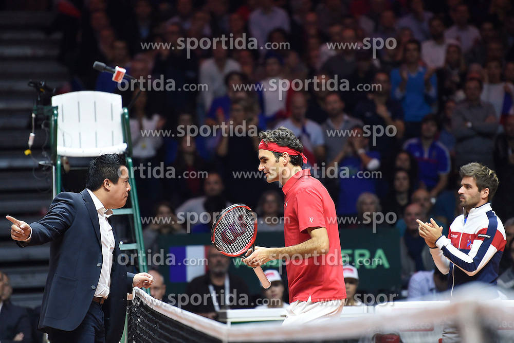 21.11.2014, Stade Pierre Mauroy, Lille, FRA, Davis Cup Finale, Frankreich vs Schweiz, im Bild Roger Federer (SUI) beschwert sich bei Schiedsrichter James Keothavong (R) Captain Arnaud Clement (FRA) // during the Davis Cup Final between France and Switzerland at the Stade Pierre Mauroy in Lille, France on 2014/11/21. EXPA Pictures &copy; 2014, PhotoCredit: EXPA/ Freshfocus/ Valeriano Di Domenico<br /> <br /> *****ATTENTION - for AUT, SLO, CRO, SRB, BIH, MAZ only*****