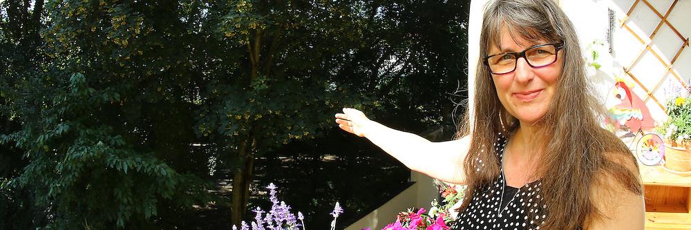 Ludwigshafen. 26.07.16 Friesenheim. Nachbarn und Anwohner der Rheinfeldstra&szlig;e machen sich Sorgen um ihr Gebiet, weil die BASF Bauen und Wohnen f&uuml;r die Bewohner des  Asachantidorts Garagen bauen will, wo jetzt noch mehrere B&auml;ume stehen.<br /> - Claudia Emrich zeigt auf die B&auml;ume.<br /> Bild: Markus Pro&szlig;witz 26JUL16 / masterpress