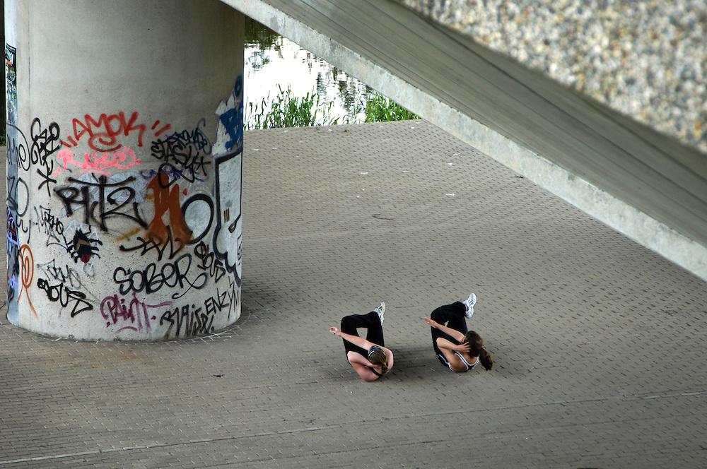 Nederland,   Amsterdam, 18  mei 2005<br /> <br /> Het mderne leven. Twee meisjes, meiden, jonge vrouwen doen onder een viadukt gymoefeningen om mooi slank en strak te blijven. Fitness. Beweging, gezondheid.<br /> Foto (c) Michiel Wijnbergh