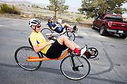 Aniek Rooderkeren en Iris Slappendel gaan op weg voor een trainingsronde. Het Human Power Team Delft en Amsterdam (HPT), dat bestaat uit studenten van de TU Delft en de VU Amsterdam, is in Amerika om te proberen het record snelfietsen te verbreken. In Battle Mountain (Nevada) wordt ieder jaar de World Human Powered Speed Challenge gehouden. Tijdens deze wedstrijd wordt geprobeerd zo hard mogelijk te fietsen op pure menskracht. Het huidige record staat sinds 2015 op naam van de Canadees Todd Reichert die 139,45 km/h reed. De deelnemers bestaan zowel uit teams van universiteiten als uit hobbyisten. Met de gestroomlijnde fietsen willen ze laten zien wat mogelijk is met menskracht. De speciale ligfietsen kunnen gezien worden als de Formule 1 van het fietsen. De kennis die wordt opgedaan wordt ook gebruikt om duurzaam vervoer verder te ontwikkelen.<br /> <br /> The Human Power Team Delft and Amsterdam, a team by students of the TU Delft and the VU Amsterdam, is in America to set a new world record speed cycling.In Battle Mountain (Nevada) each year the World Human Powered Speed Challenge is held. During this race they try to ride on pure manpower as hard as possible. Since 2015 the Canadian Todd Reichert is record holder with a speed of 136,45 km/h. The participants consist of both teams from universities and from hobbyists. With the sleek bikes they want to show what is possible with human power. The special recumbent bicycles can be seen as the Formula 1 of the bicycle. The knowledge gained is also used to develop sustainable transport.