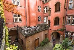 Cour intérieure de La tour rose du quartier du vieux Lyon // Rose Tower inner courtyard from Vieux Lyon area