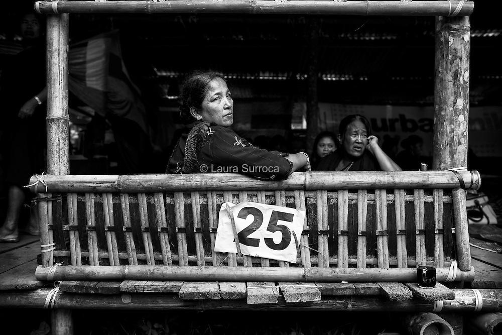 Tagari, 14 mars 2012. La femme de Yusuf, le fils ainé de Ruth, observe les sacrifices des buffles depuis la hutte accueillant sa famille.
