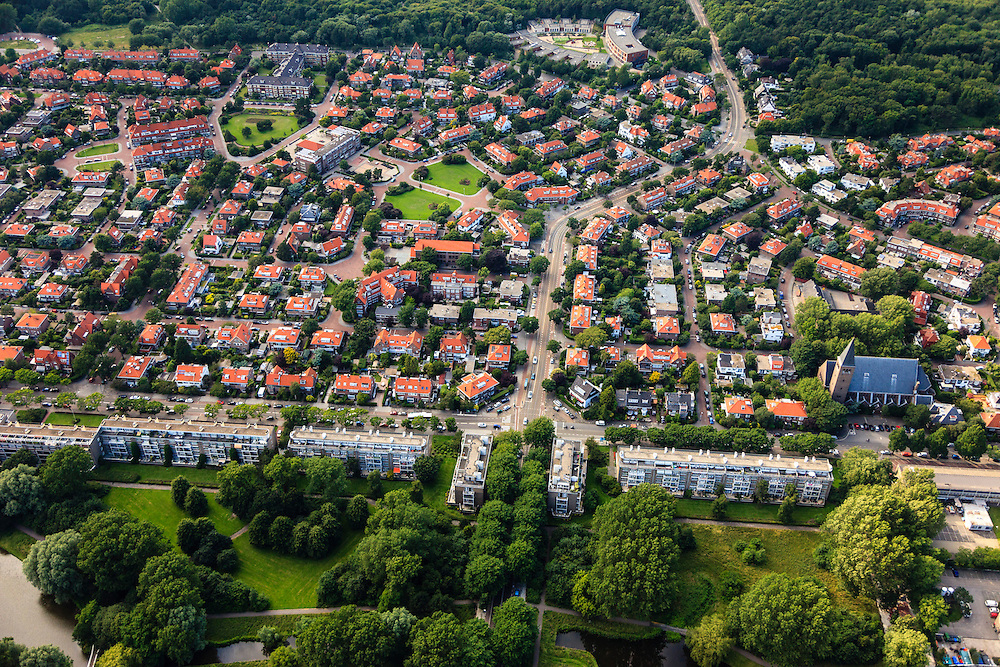 Nederland, Zuid-Holland, Den Haag, 15-07-2012; Sportlaan met flats uit de wederopbouw periode. Boven in beeld de Vogelwijk, rechts Allerheiligst Sacramentskerk..Aan weerszijden van de Sportlaan de 'Atlantikwall strook'. In dit gebied is tijdens de Tweede Wereldoorlog de bevolking geëvacueerd en de bebouwing ontruimd en/of gesloopt ivm aanleg tankgracht. .On both sides of the Sportlaan the Atlantic Wall strip. During the Second World War, the population of this area was evacuated and some of the buildings were demolished in order to build a antitank ditch. Post-war reconstruction appartment buildings...QQQ.luchtfoto (toeslag), aerial photo (additional fee required).foto/photo Siebe Swart