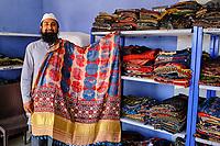 Inde, Gujarat, region du Kutch, Bhuj, Ajrakhpur, atelier artisanal de textile Ajrak avec impression au tampon, Dr. Ismail Mohammad Khatri // India, Gujarat, Kutch, Bhuj, Ajrakhpur, Ajrak block printing textile, Dr. Ismail Mohammad Khatri