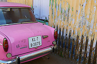Inde, Etat du Kerala, Kochi ou Cochin, Fort Cochin le centre historique, automobile rose // India, Kerala State, Fort cochin or Kochi, pink car