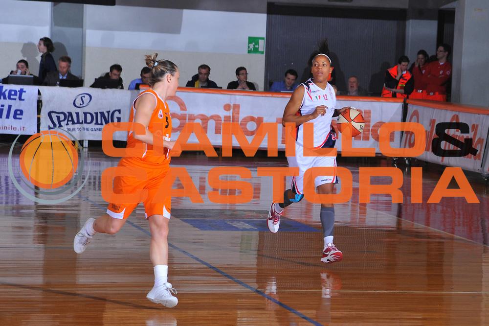 DESCRIZIONE : Schio Lega A1 Femminile 2009-10 Play Off Finale Gara 1 Famila Wuber Schio Cras Basket Taranto<br /> GIOCATORE : Kathy Wambe<br /> SQUADRA : Famila Wuber Schio Cras Basket Taranto<br /> EVENTO : Campionato Lega A1 Femminile 2009-2010<br /> GARA : Famila Wuber Schio Cras Basket Taranto<br /> DATA : 05/05/2010<br /> CATEGORIA : Palleggio<br /> SPORT : Pallacanestro<br /> AUTORE : Agenzia Ciamillo-Castoria/M.Gregolin<br /> Galleria : Lega Basket Femminile 2009-2010<br /> Fotonotizia : Schio Campionato Italiano Femminile Lega A1 2009-2010 Play Off Finale Gara 1 Famila Wuber Schio Cras Basket Taranto<br /> Predefinita :
