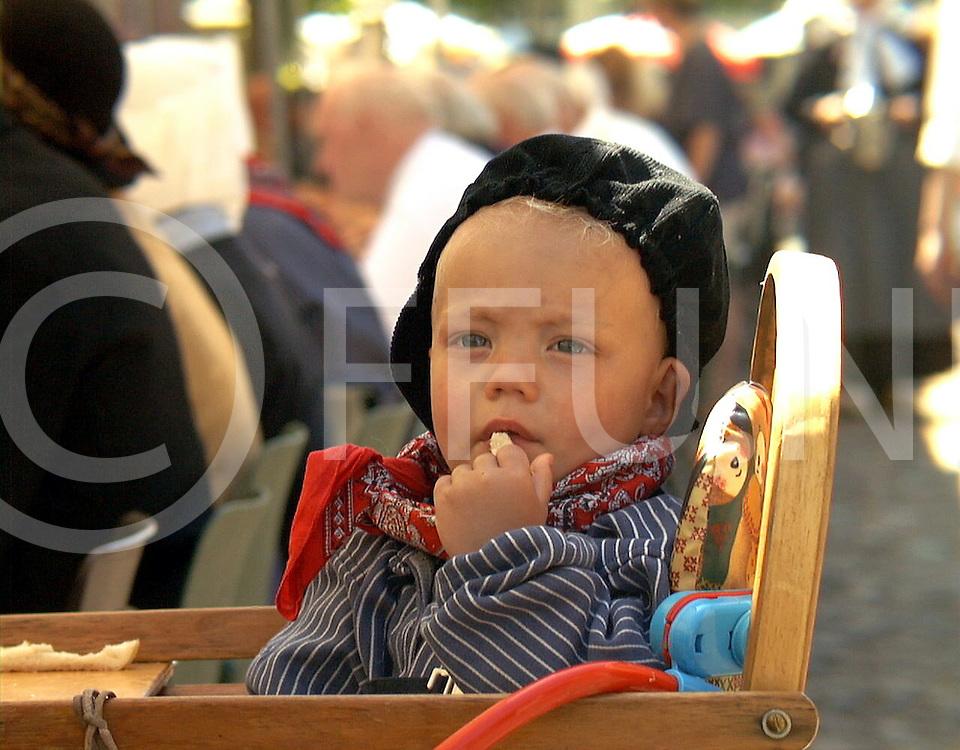 Fotografie Uijlenbroek©1999/Frank Uijlenbroek.990619 gramsbergen ned.saksische brrodmaaltijd voor verklede bewoners en gasten.ook martijn sibon 1 jaar was van de partij met zijn vader Henk en genoot van de maaltijd