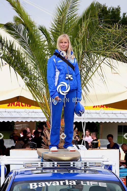 LIESHOUT - Op het festivalterrein van Bavaria Open Air hielden de heren en dames van het Bavaria Life team het publiek goed in de gaten. En waar het nodig was deden de heren en dames hun opgelegde taak. FOTO LEVIN DEN BOER - PERSFOTO.NU