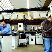 Nederland Rotterdam 20 maart 2007 20070320 Foto: David Rozing ..Medewerkers ROTEB kleinpolderplein 5 repareren ingezamelde witgoed machines, zoals drogers en wasmachines, zodat deze opnieuw gebruikt kunnen worden. De gerepareerde spullen gaan vervolgens naar de zogenaamde Piekfijn winkels waar het tegen een lage prijs aan onder andere minima worden verkocht. ..Foto: David Rozing