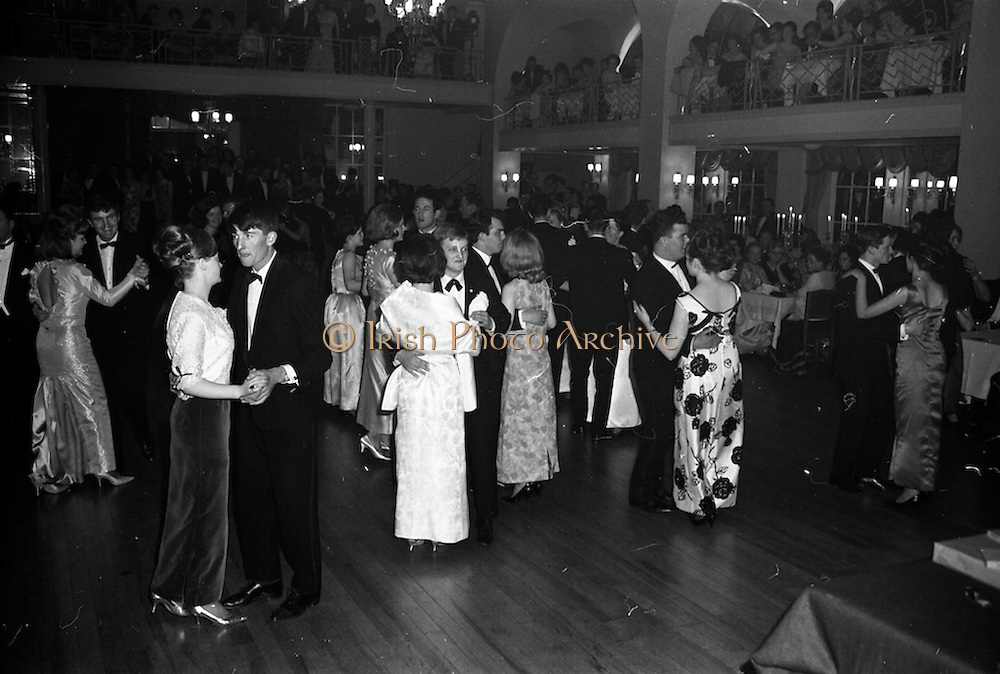 28/04/1965<br /> 04/28/1965<br /> 28 April 1965<br /> Festival of Kerry Dublin Ball at the Gresham Hotel, Dublin. A view of the ballroom and dancers.