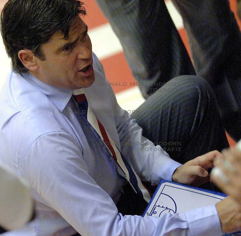 16-09-2006 BASKETBAL: NEDERLAND - ALBANIE: NIJMEGEN<br /> De basketballers hebben ook hun vierde wedstrijd in de kwalificatiereeks voor het Europees kampioenschap in winst omgezet. In Nijmegen werd een ruime overwinning geboekt op Albanie: 94-55 / Coach Marco van den Berg<br /> ©2006-WWW.FOTOHOOGENDOORN.NL