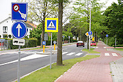 Verkeersborden vlakbij een school in Geldermalsen.<br /> <br /> Traffic signs near a school in Geldermalsen.