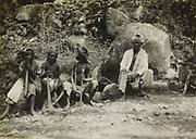 Javanen en kinderen, vermoedelijk langs de kant van een weg op Java