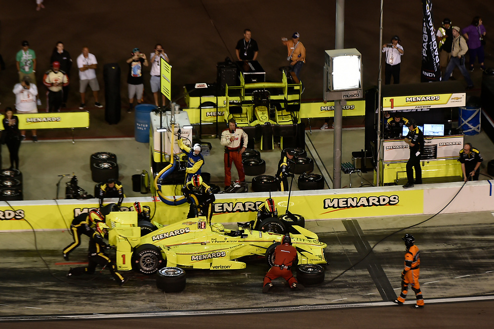Verizon IndyCar Series<br /> Desert Diamond West Valley Phoenix Grand Prix<br /> Phoenix Raceway, Avondale, AZ USA<br /> Saturday 29 April 2017<br /> Simon Pagenaud, Team Penske Chevrolet pit stop<br /> World Copyright: Scott R LePage<br /> LAT Images<br /> ref: Digital Image lepage-170429-phx-5093