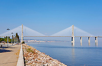 Portugal, Lisbonne, Tour et Pont de Vasco de Gama, le plus long pont de l'Europe, Torre Vasco da Gama // Portugal, Lisbon, Vasco da Gama bridge, the longest bridge of Europe, and Tower or Torre Vasco da Gama