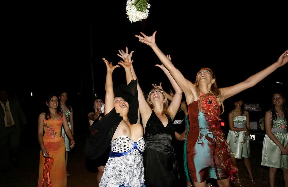 Carpeta 18 Foto 12<br /> Invitadas solteras tratan de alcanzar el ramo arrojado por la novia en el final de una fiesta de casamiento en Encarnaci&oacute;n, Paraguay, el 13 de diciembre de 2008. (Jorge Saenz)<br /> <br /> &quot;Todo era una Fiesta&quot;:<br /> Por mas crisis que ataquen la econom&iacute;a publica y privada, la clase alta de Paraguay tal como la de otros pa&iacute;ses, no limita en lo mas m&iacute;nimo su costumbre de festejar las bodas con una gran inversi&oacute;n econ&oacute;mica en los eventos. Este trabajo presentado es parte de uno mas general en desarrollo sobre la sociedad paraguaya llamado &quot;Las Clases&quot; desde hace mas de 10 a&ntilde;os.