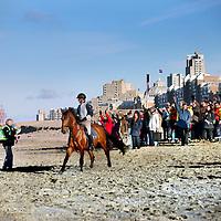 Nederland, Scheveningen , 23 november 2013.<br /> Generale repetitie aankomst van de Prins van Oranje op het Scheveningse strand .<br /> Zij bereiden zich voor op de feestelijke start van de&nbsp;viering van tweehonderd jaar koninkrijk, een week later. <br /> <br /> Anders dan in 1813 hebben alle betrokkenen ditmaal de kans om de landing vooraf te oefenen. Dat is maar goed ook want het programma voor 30 november is uitdagend en spectaculair. De meeste spelers en figuranten komen uit Scheveningen zelf en hebben geen toneelervaring. Regisseur Aus Greidanus begeleidt hen bij hun debuut. Hoofdrolspeler Huub Stapel moet op het juiste moment het strand op varen waarna hij overstapt op een originele &lsquo;nettenwagen' die door paarden wordt voortgetrokken. <br /> <br /> De&nbsp;aankomst van de latere koning Willem I wordt sinds 1813 iedere 25 jaar herdacht door de Scheveningse bevolking. Vanwege de viering van 200 jaar koninkrijk wordt dit keer extra groot uitgepakt. Dankzij de hulp van de Koninklijke Marine zijn op 30 november onder meer enkele grote marineschepen, sloepen en landingsvaartuigen aanwezig. Daarnaast speelt het Britse marineschip HMS Tyne een belangrijke rol bij het evenement. <br /> Op de foto links regisseurAus Gredanus (links met groene jasje) instrueert de figuranten.<br /> Dress rehearsal arrival of the Prince of Orange on the beach of Scheveningen (1813), in preparation for the start of the festive celebration of two hundred years kingdom, a week later.