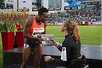 Friidrett<br /> 11. Juni 2015<br /> Exxon Mobil Bislett Games<br /> Murielle Ahouré , Vinner av 100 meters mottar gave fra Birgit Skarstein<br /> Foto: Astrid M. Nordhaug
