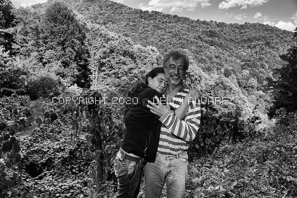 Ell and her uncle Giorgos in the farm where he lives. Workers of a canadian company visit him time to time suggesting to go away. Police had been several times looking for demonstrators thinking that Giorgos is hiding them inside the house. Giorgos like write and read poetry, grown nuts, kiwi, honey and many other vegetables that sells in small towns. Live like a hermit but due to the strong pressure that suffers from the Canadian mine he is planning to go away and leave everything. Arriving to Giorgos farm is very difficult to access and only a few people know the way without getting lost in the attempt.