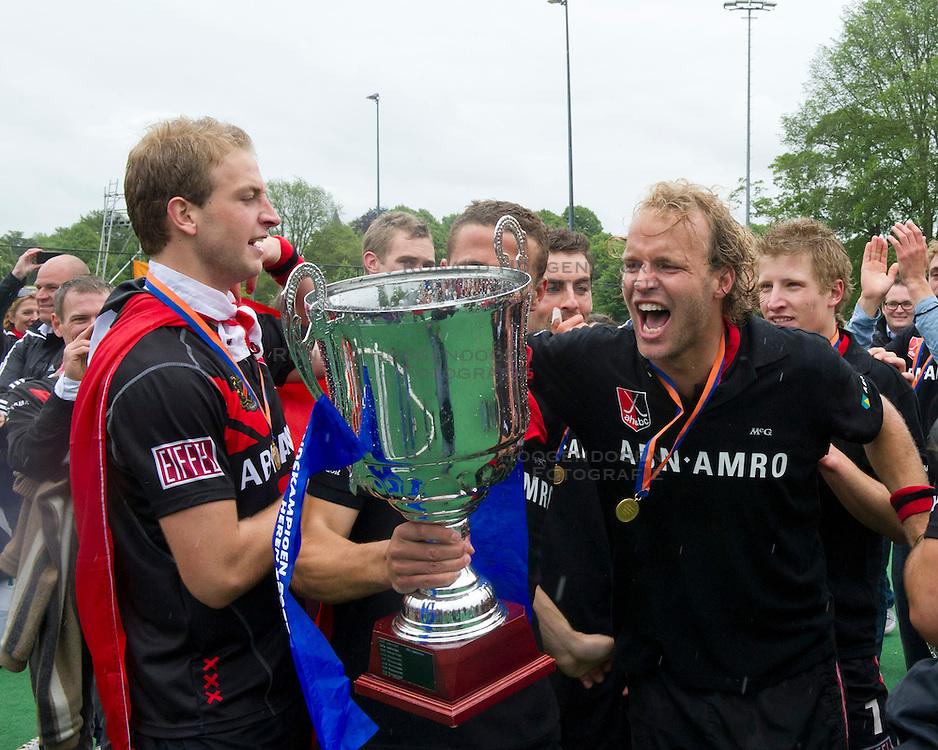 28-05-2011 HOCKEY: PLAY-OFF FINALE BLOEMENDAAL - AMSTERDAM: BLOEMENDAAL<br /> (L-R) Billy Bakker en Floris Evers zijn blij met het landskampioenschap<br /> &copy;2011-WWW.FOTOHOOGENDOORN.NL / Peter Schalk