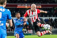 EINDHOVEN - PSV - AZ , Voetbal , Seizoen 2015/2016 , Eredivisie , Philips stadion , 29-11-2015 , PSV speler Jorrit Hendrix (r) schiet de bal uit de lucht  met naast hem AZ speler Dabney dos Santos Souza (l)