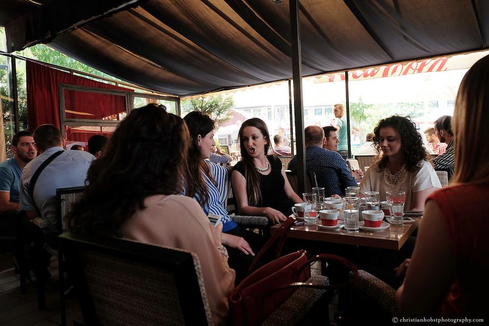 Studentinnen in einem Kaffee bei detr Universität von Pristina.