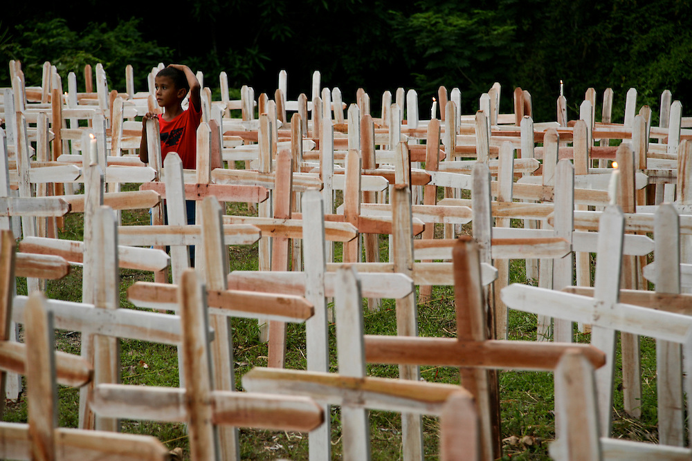 February 11th 2006. Anapu, Para State (Brazil). In a symbolic act, one year after Sister Dorothy Tsang assassination Greenpeace activists and community people erected 772 white crosses and 48 red near her grave. The white crosses represent the rural workers assassinated in land conflicts over the last 33 years in Para State. The red ones represent the community leaders currently under death threat. ..©Daniel Beltra