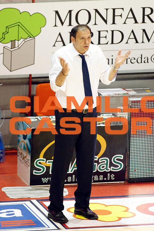 DESCRIZIONE : Pistoia Lega A2 2011-12 Playoff Quarti di finale Gara1 Giorgio Tesi Group Pistoia Prima Veroli<br /> GIOCATORE : Coach Gentile Nando<br /> SQUADRA : Prima Veroli<br /> EVENTO : Campionato Lega A2 2011-2012<br /> GARA : Giorgio Tesi Group Pistoia Prima Veroli Playoff quarti di finale gara1<br /> DATA : 10/05/2012<br /> CATEGORIA : Delusione<br /> SPORT : Pallacanestro<br /> AUTORE : Agenzia Ciamillo-Castoria/Stefano D'Errico<br /> Galleria : Lega Basket A2 2011-2012 <br /> Fotonotizia : Pistoia Lega A2 2011-2012 Playoff quarti di finale gara1 Giorgio Tesi Group Pistoia Prima Veroli<br /> Predefinita :