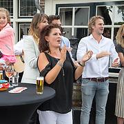 NLD/Blaricum/20160906 - Willibrord Frequin viert 75 ste verjaardag in Moeke Spijkstra, Kinderen en kleinkinderen begroeten Willibrord Frequin, Zoon Louis, dochters Rebecca en Barbara Frequin