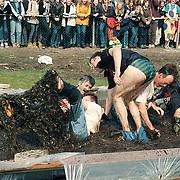 Examenstunt van het Erfgooierscollege, leraren in een modderbad