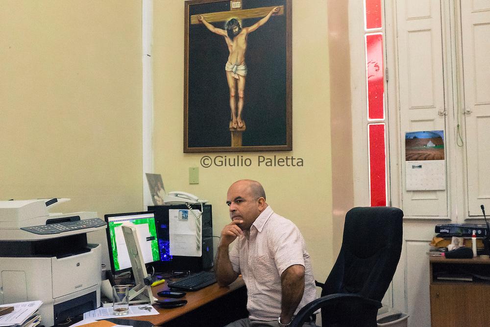 Orlando Marquez, direttore della rivista cattolica Palavra nueva, ritratto nel suo ufficio presso il Centro Cultural Padre Felix Varela, nel centro storico dell'Havana