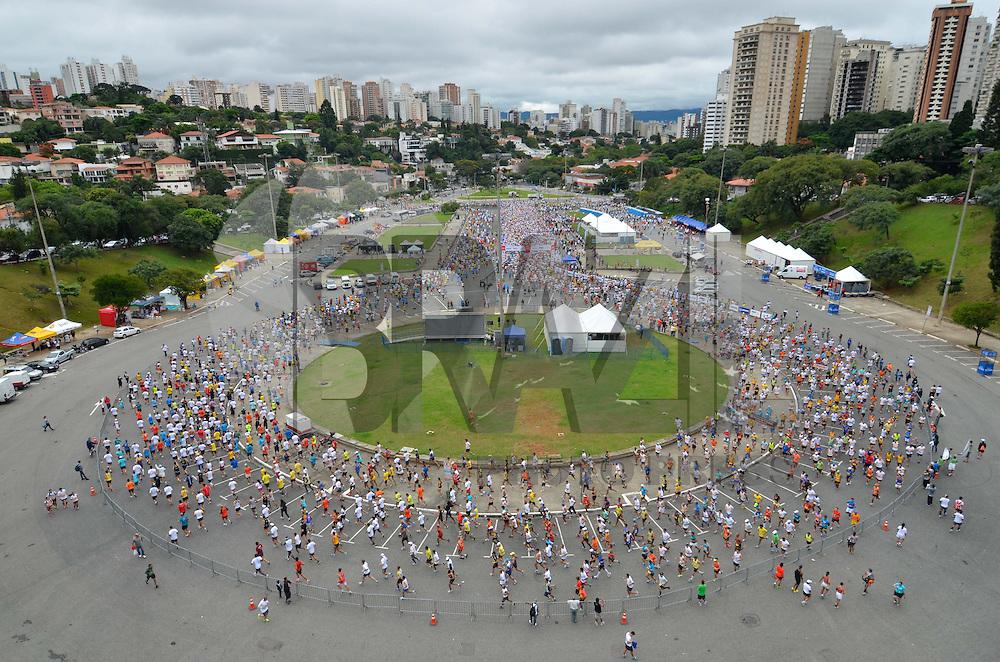 SÃO PAULO, SP, 17 DE MARÇO DE 2013 - 7ª MARATONA INTERNACIONAL DE SÃO PAULO: Corredores durante largada da sétima edição da Maratona Internacional de São Paulo, realizada na manhã deste domingo (17) na Praça Charles Muller em frente ao estádio do Pacaembu, em São Paulo. FOTO: LEVI BIANCO - BRAZIL PHOTO PRESS