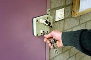 Nederland, Grave, 28-12-2004..Cipier, gevangenisbewaarder, draait sleutel om in slot van cel in gevangenis, huis van bewaring. Veiligheid personeel cellentekort, justitie, criminaliteit, veroordeling...Foto: Flip Franssen/Hollandse Hoogte