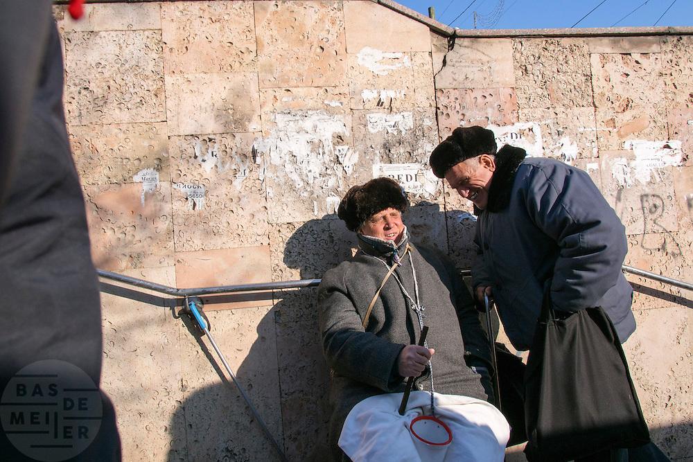 Een oude man bedelt in Chisinau, de hoofdstad van Moldavie. Moldavie is een van de armste landen van Europa. Tot 1991 behoorde het tot het Sovjetrijk. <br /> <br /> Street life in Chisinau, the capital of the Republic of Moldova. Moldova is one of the poorest countries in Europe. Until 1991 it was part of the Soviet Union.