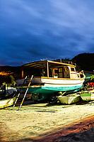 Barcos na areia na Praia da Armação ao anoitecer. Florianópolis, Santa Catarina, Brasil. / Boats on the sand at Armacao Beach at dusk. Florianopolis, Santa Catarina, Brazil.