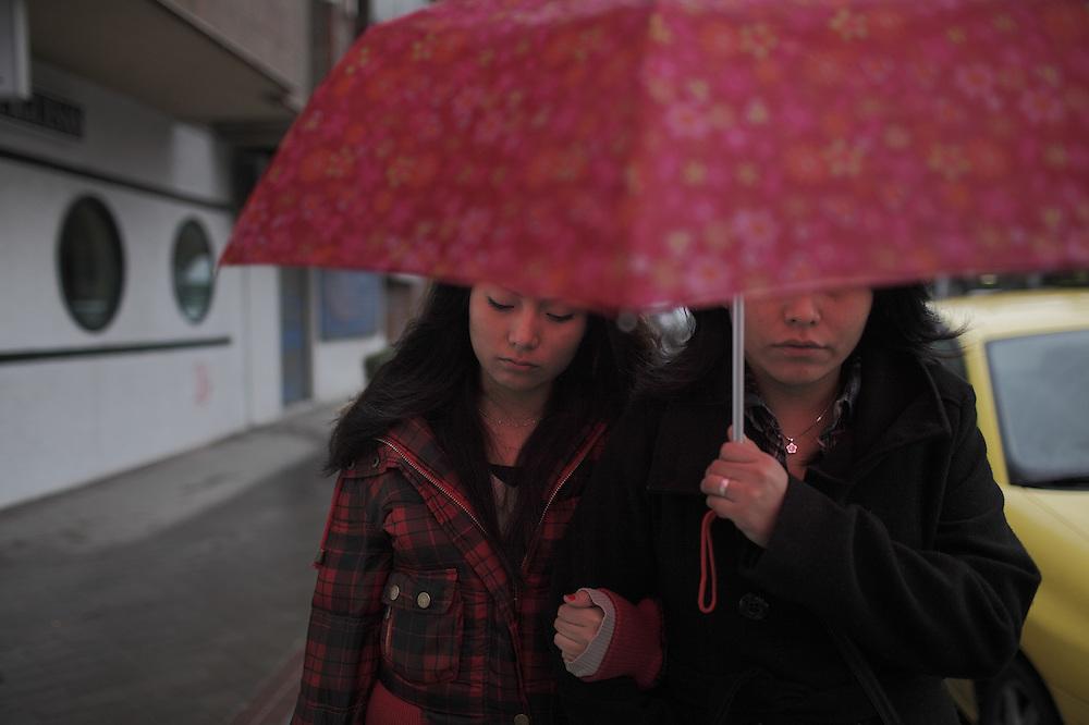 Aby camina junto a su hermana Alejandra.