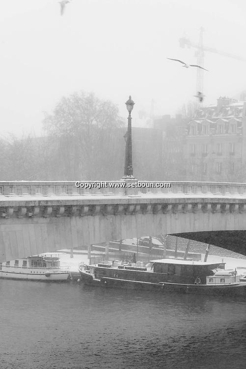 France . Paris the Seine river under the snow / paris sous la neige en hiver