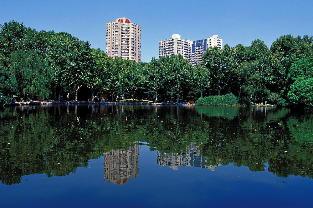 Julio 2005. Vista de un lago en el parque de Huangpu, al norte de Shanghai.