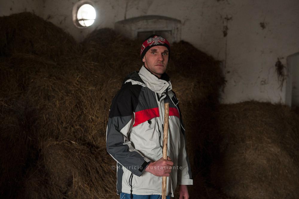 Arbeit und ein geregelter Alltag sind die Prinzipien der Leute von Barka, die sich zum Ziel gesetzt haben, Obdachlose wieder in die Gesellschaft zu integrieren. Mariusz Pawlik bei der Arbeit im Stall. Polen.