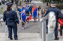 10.06.2016, Parc de Princes, Paris, FRA, UEFA Euro, Frankreich, Frankreich vs Rumaenien, Gruppe A, Vorbericht, im Bild Fans warten von Polizisten bewacht vor dem Eingang zum Stadion // Fans wait guarded from police at the entrance to the stadium before Group A match between France and Romania of the UEFA EURO 2016 France at the Parc de Princes in Paris, France on 2016/06/10. EXPA Pictures © 2016, PhotoCredit: EXPA/ JFK