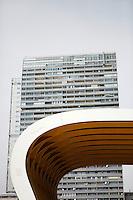 Mischek Tower, Wien.Delugan Meissl Associated Architects.vorne ACV Austria Center Vienna mit Vordach.